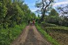 Janan a Radek na koloběžkách na klidnějším úseku cyklostezky Ohře v Jakubově