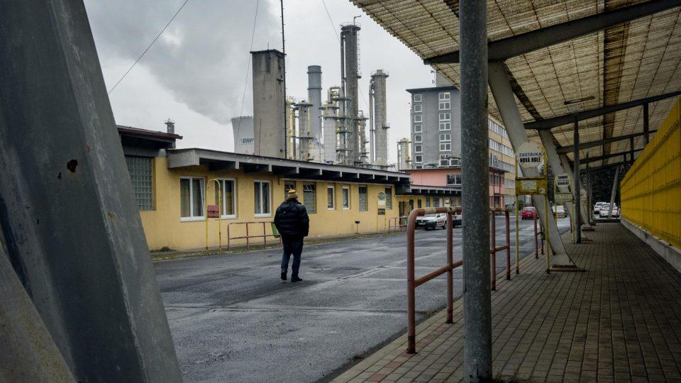 Autobusové nádraží před palivovým kombinátem ve Vřesové. Sokolovská uhelná patří mezi největší zaměstnavatele Karlovarského kraje, ve všech svých závodech zaměstnává kolem tří tisíců lidí