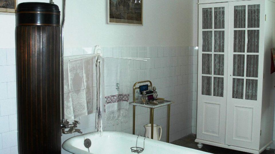 Samozřejmostí byly i moderní koupelny s tekoucí teplou a studenou vodou