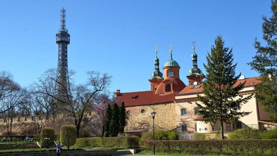 Vpravo od rozhledny stojí kostel svatého Vavřince