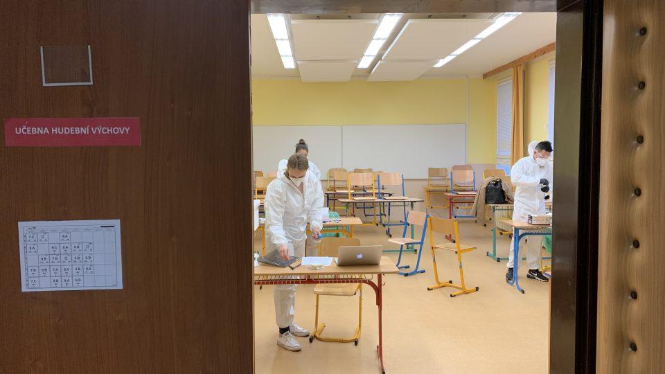 Téměř sto žáků jedné ostrovské základní školy testovali zdravotníci z mobilního odběrového týmu