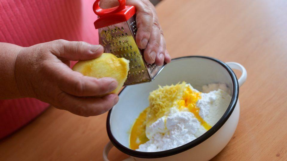 Tvarohová náplň: k tvarohu s vajíčky nastrouháme citronovou kůru