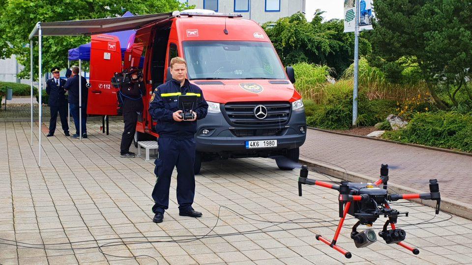 Vozidlo je vybaveno dronem, který je osazený termokamerou a optickou kamerou se 60x zoomem