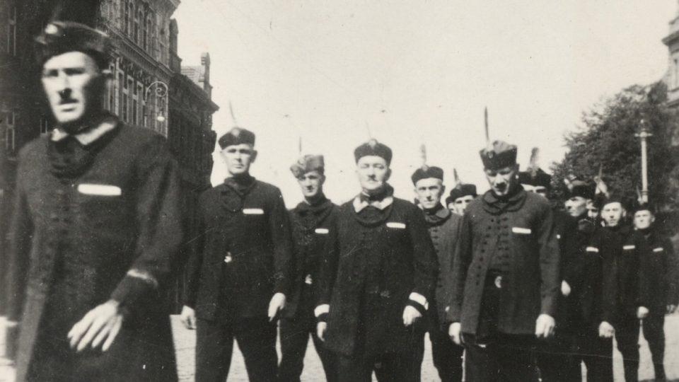 Sladovníci v novém kroji. Foto z roku 1932