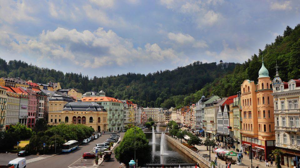 Pohled na Karlovy Vary z Vřídelní kolonády