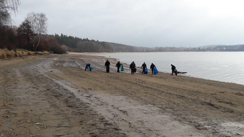Na úklidu se podílela zhruba desítka rybářů z týmu Čapni.to