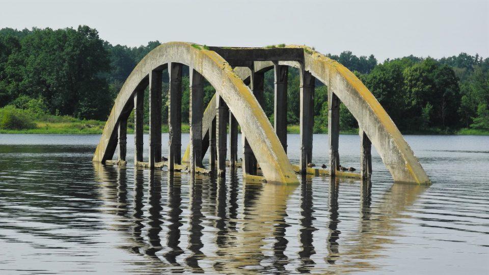 Zatopený obloukový betonový most v Jesenické přehradě