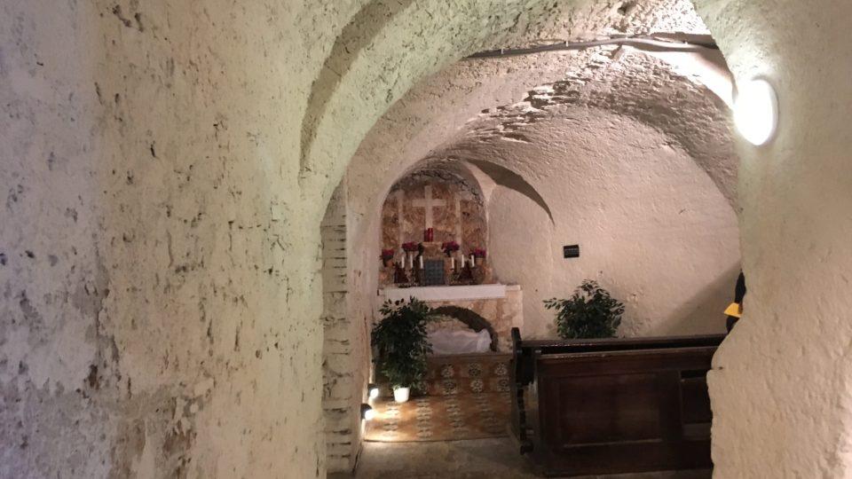 Součástí podzemní krypty je i oltář