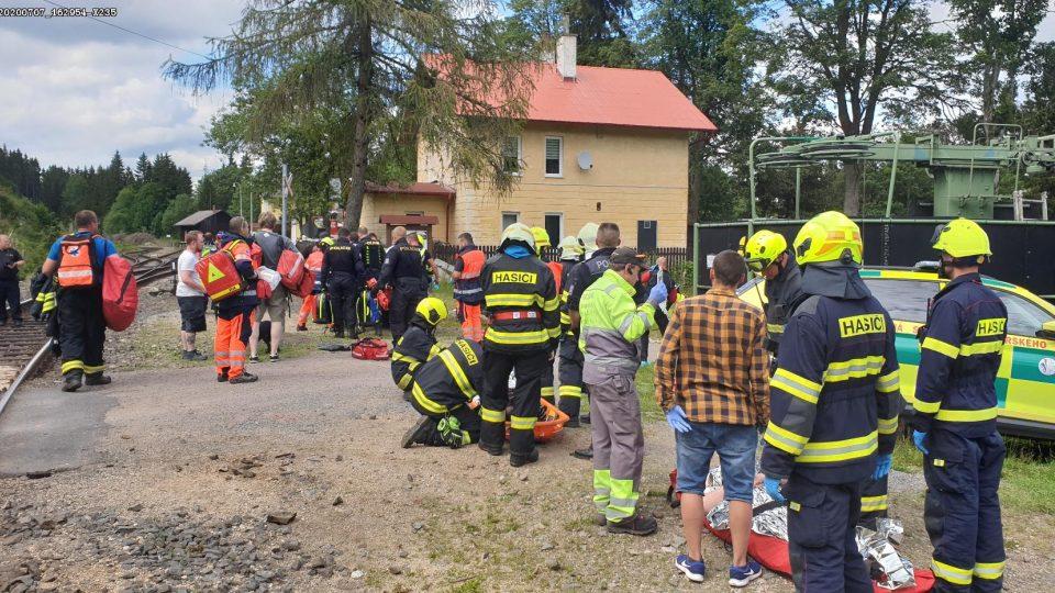 Na místě srážky vlaků zasahují hasiči.