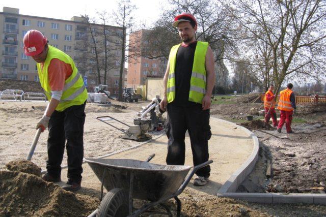 Dělníci budují nové cesty pro pěší v karlovarské čtvrti Stará Role