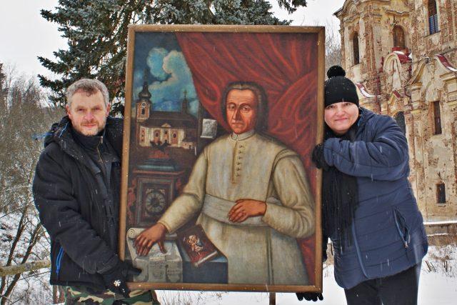 Členové občanského sdružení Pod střechou Jiří a Lenka Schierlovi s obrazem