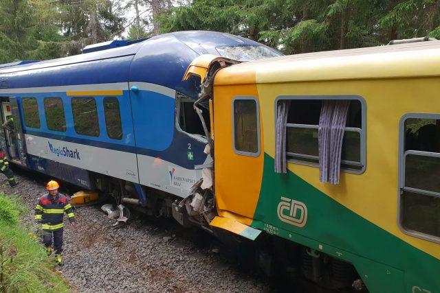 Hasiči pokračují v likvidaci nehody vlaků u Perninku