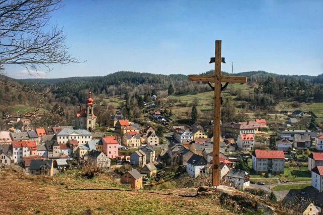 Barvířský kříž s výhledem na Bečov