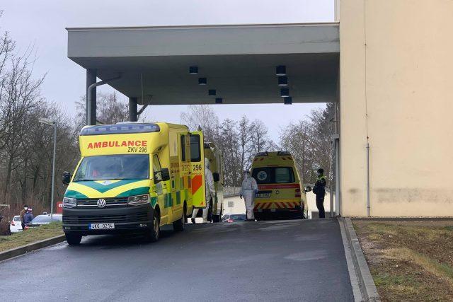 Nemocnice v Chebu má téměř každý den zaplněnou kapacitu a pacienty musí převážet do jiných zařízení