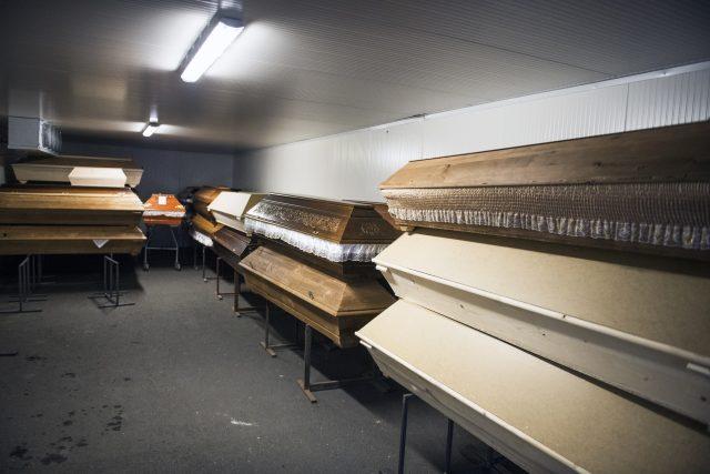 Uvnitř krematoria již není kam uskladňovat rakve se zemřelými. Zařízení proto už v listopadu přistavělo dodatečné chladící zařízení, kde zemřelé uskladňuje